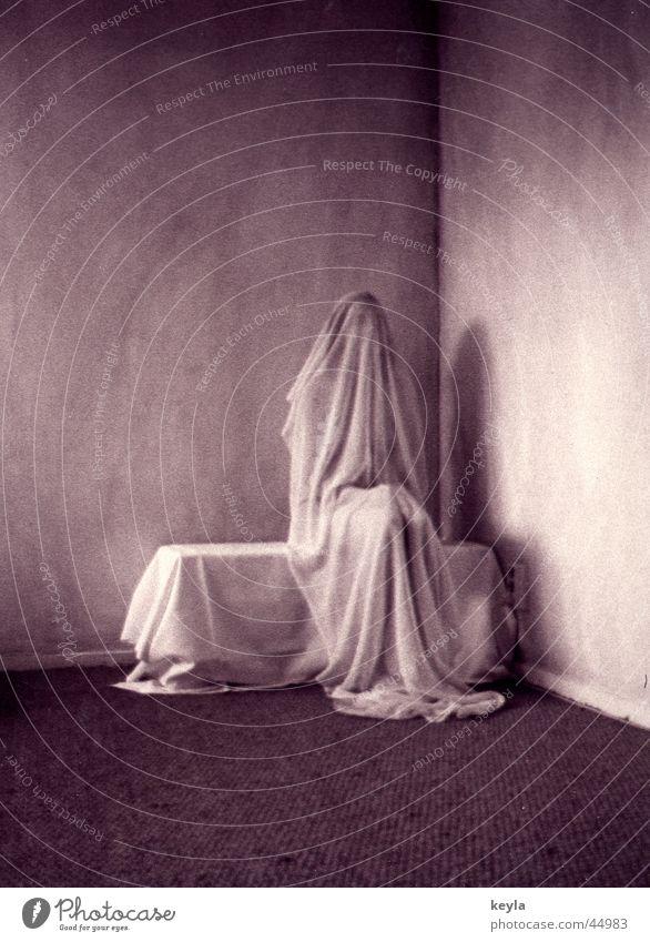 Verhüllung 1 Frau Raum warten Trauer Statue mystisch Scham unheimlich Schleier verpackt