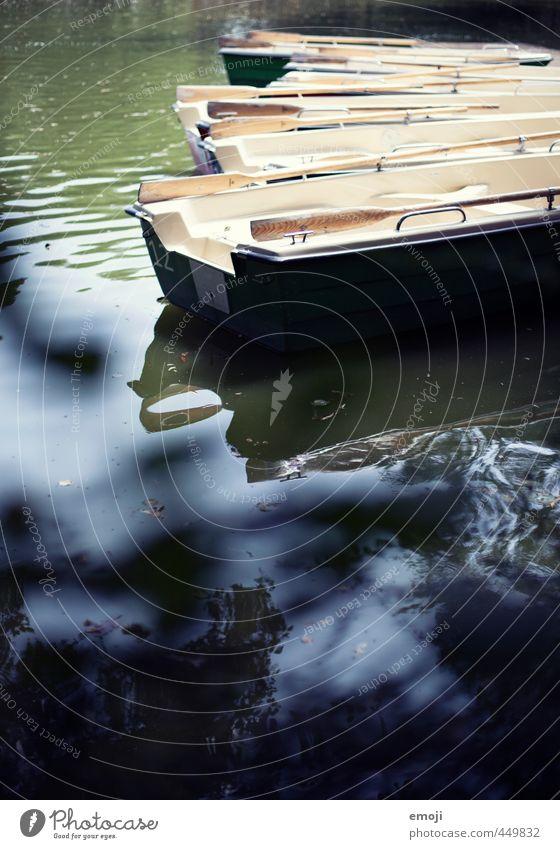 Bööteln Umwelt Natur Wasser Park Teich See Ruderboot natürlich blau Wasserfahrzeug Bootsfahrt Farbfoto Außenaufnahme Menschenleer Tag Schwache Tiefenschärfe