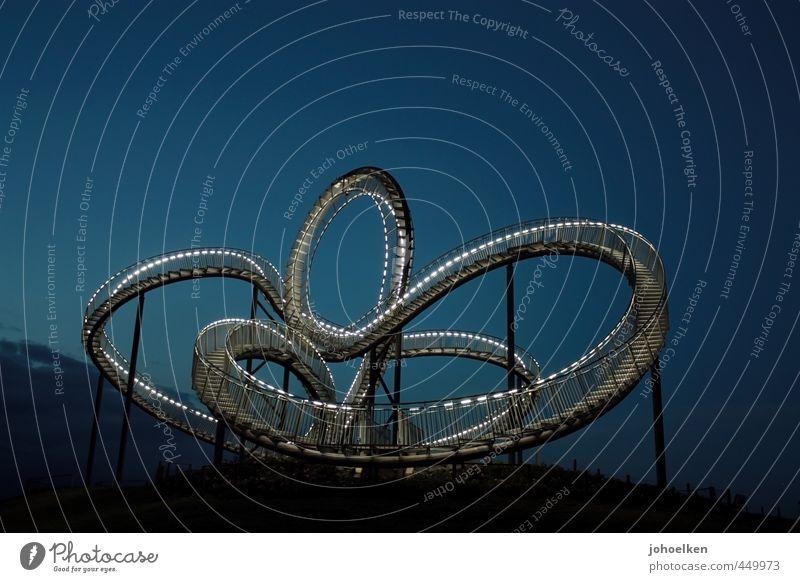 Luftschlange aus Stahl und Licht Tourismus Ausflug Industriekultur Kunstwerk Skulptur Halde Duisburg Ruhrgebiet Menschenleer Achterbahn Treppe Sehenswürdigkeit