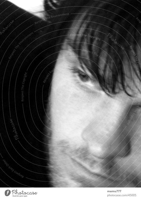 henning Mann träumen Gedanke Unschärfe Kurzhaarschnitt Schwarzweißfoto Blick in die Ferne Traurigkeit