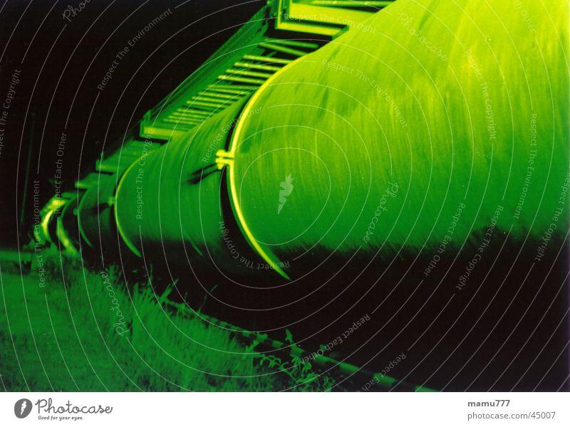 angestrahltes Rohr grün Ferne Farbe Perspektive Industrie Röhren erleuchten Gift Erdgaspipeline Nachtaufnahme