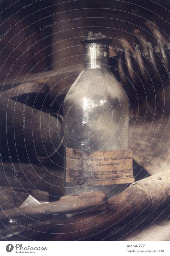 flasche alt Werkzeug Rost Handwerk historisch braun Stillleben Industrie Flasche Glas Farbe Stimmung