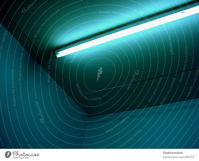 neonlights Licht kalt Lampe Leuchtstoffröhre Architektur blau Raum Decke Schatten Ecke