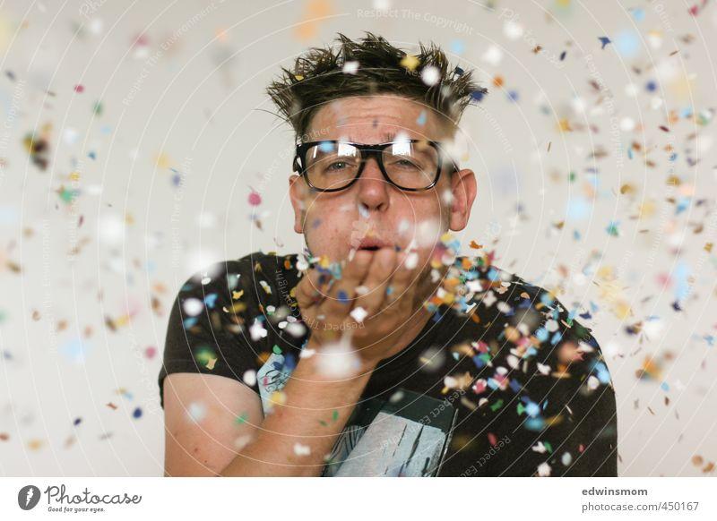 Konfetti Party Mensch Mann weiß Freude Erwachsene Spielen lustig Glück Feste & Feiern natürlich Stimmung braun maskulin Freizeit & Hobby stehen