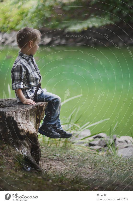 Warten Freizeit & Hobby Spielen Ausflug Abenteuer Mensch Kind Junge 1 1-3 Jahre Kleinkind 3-8 Jahre Kindheit Baum Park Wald Küste Seeufer Flussufer Moor Sumpf