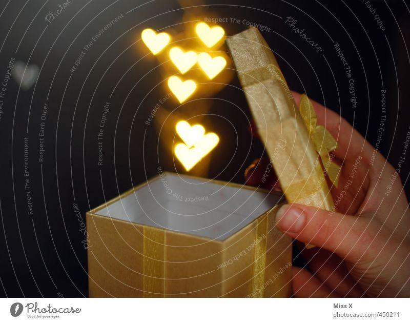 Klappe auf Valentinstag Muttertag Hochzeit Geburtstag Herz fliegen leuchten Gefühle Stimmung Liebe Verliebtheit Romantik schenken aufmachen Geschenk
