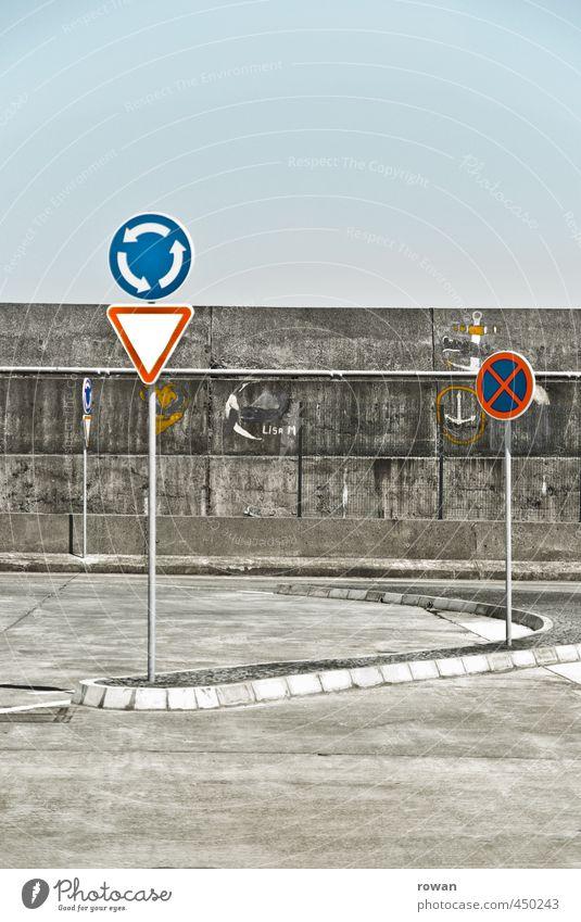 kreisverkehr Stadt Straße Verkehr Schilder & Markierungen Hinweisschild Kreis Asphalt Verkehrswege Autofahren Straßenkreuzung Straßenverkehr Verkehrsmittel