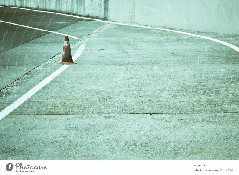 kegel Verkehr Verkehrsmittel Verkehrswege Straßenverkehr Autofahren Verkehrszeichen Verkehrsschild rot kegelförmig Verkehrsleitkegel Schilder & Markierungen