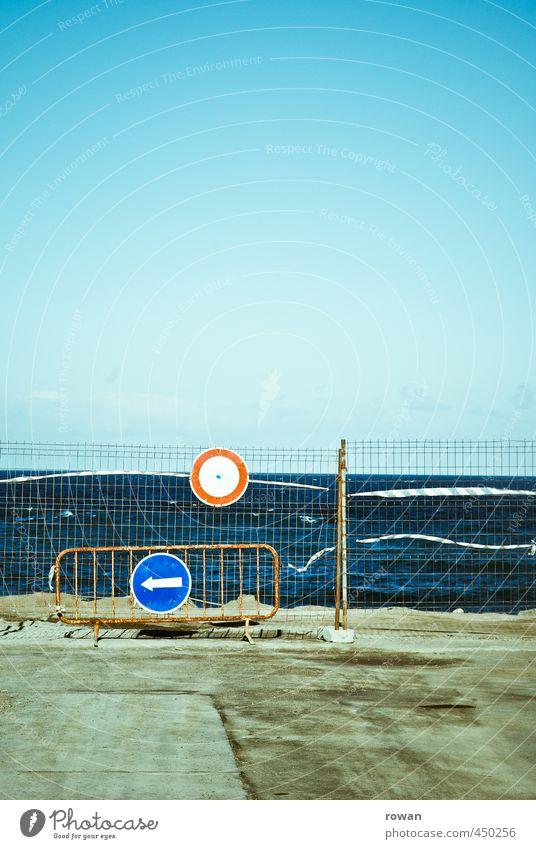 links lang Küste Meer Verkehr Verkehrswege Autofahren Straße blau Hinweisschild Verkehrsschild Schilder & Markierungen Warnung Umleitung Wärme Sommer gesperrt