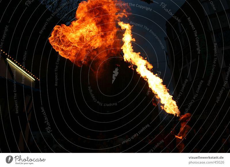 fakir bei der arbeit Feuerschlucker Kunst Zauberer Licht brennen Show Physik Mann Brand hell Wärme Flamme
