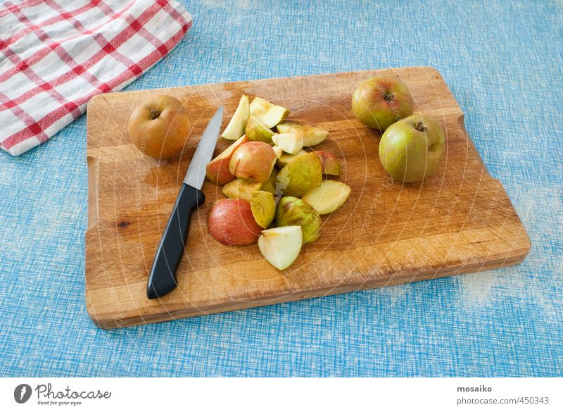 Apfelstücke und Messer auf einem Holzbrett - Thanksgiving Lebensmittel Frucht Frühstück Diät Fasten Gartenarbeit Erntedankfest Essen lecker natürlich retro