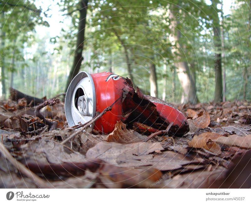 Marode rot Wald kaputt obskur Dose Waldboden Cola
