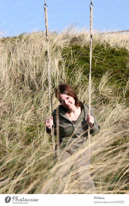 Schaukeln in den Dünen Frau Ferien & Urlaub & Reisen ruhig Wiese Gras Romantik Stranddüne Sylt Stroh