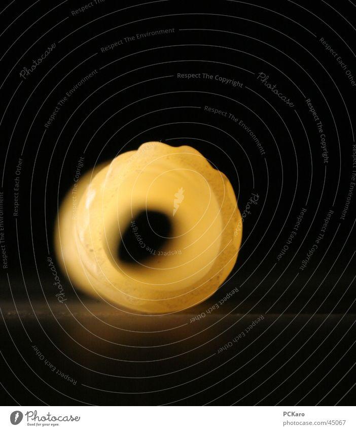 bissfest schwarz gelb Tunnel obskur Loch Nudeln Spaghetti Makkaroni