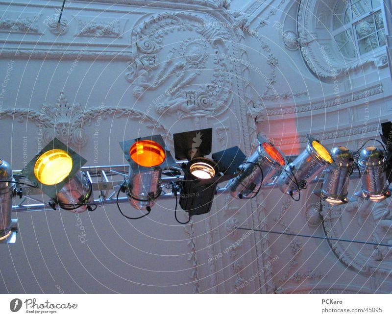 Rampenlicht Farbe Architektur Show Konzert Veranstaltung Bühnenbeleuchtung Scheinwerfer Stuckdecke