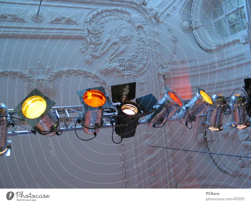 Rampenlicht Show Konzert Stuckdecke Licht mehrfarbig Veranstaltung Bühnenbeleuchtung Architektur Scheinwerfer Farbe elegant