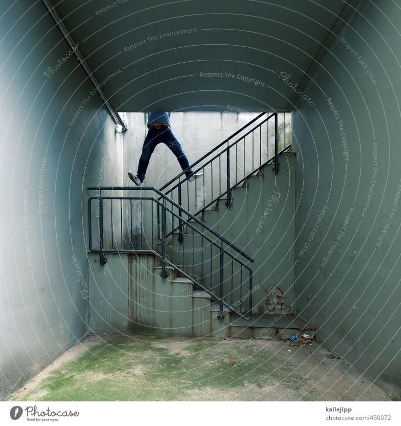 abkürzung Mensch maskulin Mann Erwachsene Angst Treppe hängen Klettern Schacht Le Parkour festhalten Klimmzug Farbfoto Gedeckte Farben Außenaufnahme Licht