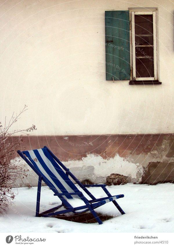 Liegestuhl im Schnee I Fenster Tag Winter Fensterladen Haus Wand blau Streifen Tauwetter Wetter Stimmung Schneelandschaft Garten Park