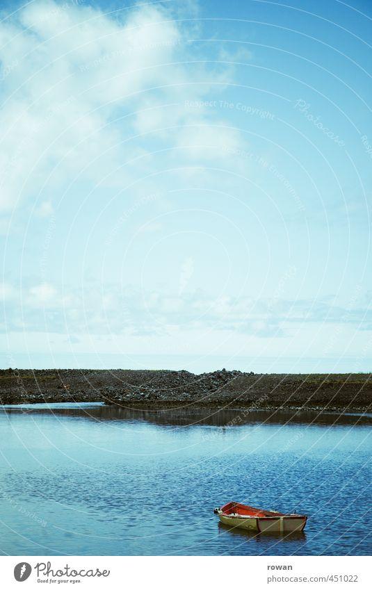 blau Natur Landschaft Wasser Himmel Küste Seeufer Strand Bucht Meer ruhig Wasserfahrzeug Ruderboot rot Bootsfahrt Erholung Meditation Ferne Farbfoto