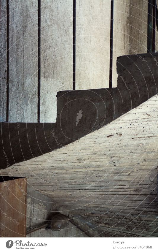 kalte Treppe Treppenhaus Kellertreppe dunkel grau Perspektive Ferne skurril Betonbauweise Querschnitt Wendeltreppe roh Farbfoto Gedeckte Farben Innenaufnahme