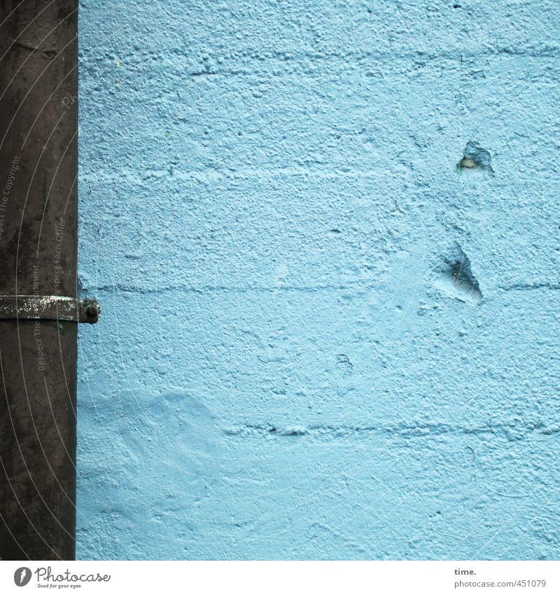 Mauer | Einschläge blau alt Stadt Wand Mauer Architektur Gebäude Fassade Beton bedrohlich Vergänglichkeit Wandel & Veränderung historisch stark Bauwerk Vergangenheit