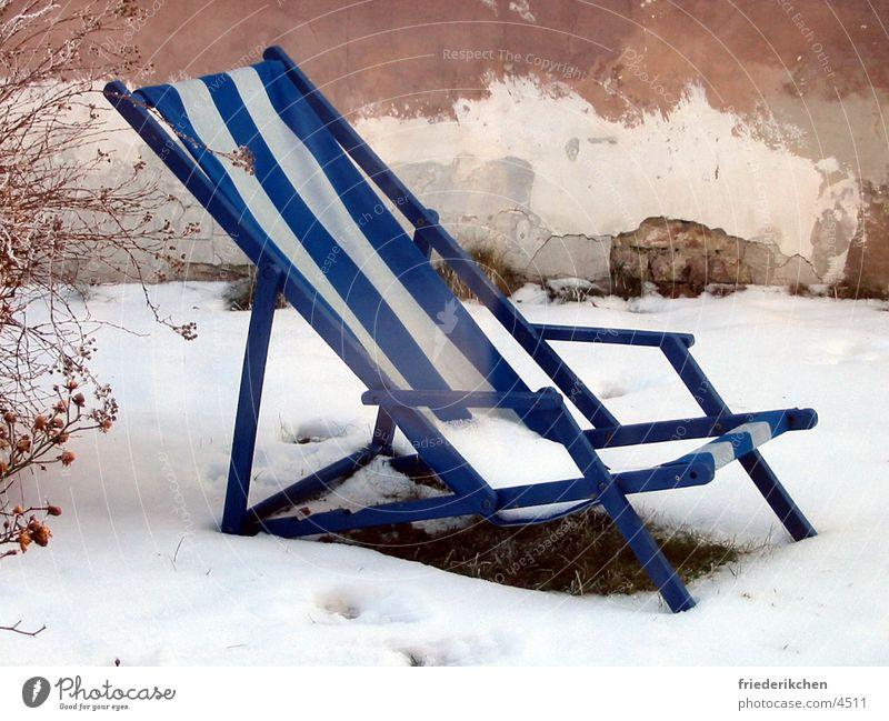 Liegestuhl im Schnee II Tag Winter Fensterladen Haus Wand blau Streifen Tauwetter Wetter Stimmung Schneelandschaft Garten Park