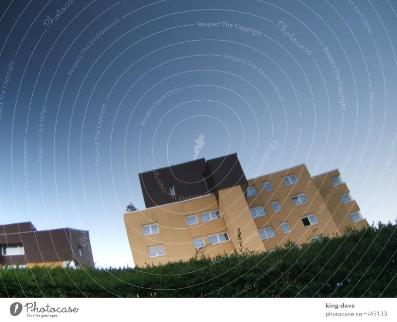 Haus-hoch schön Himmel weiß grün blau gelb Fenster braun Architektur lustig Hochhaus dumm Hecke
