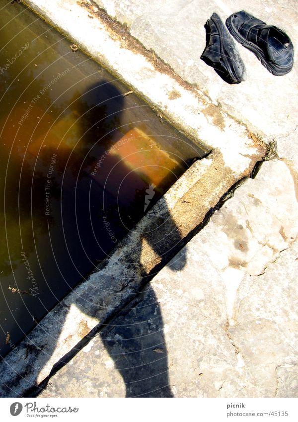 Hitze Mann Wasser Sonne Schuhe Schwimmbad Pfeil Erfrischung