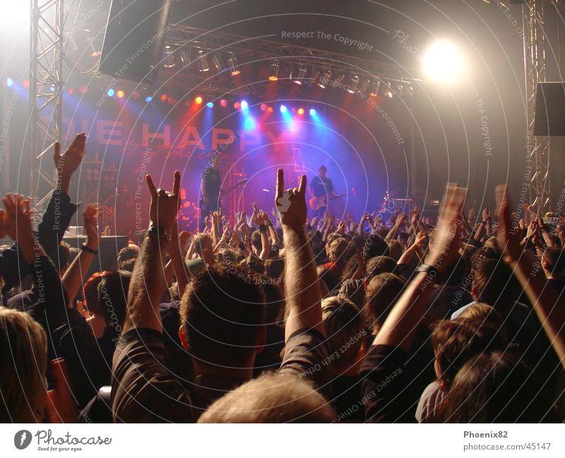 DIE HAPPY in Action Hand Musik Konzert Rockmusik Bühne Publikum Applaus Zutaten