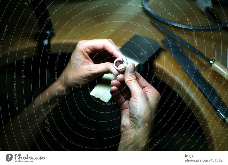 Goldschmiedin Mensch Frau Hand Erwachsene Leben Metall Arbeit & Erwerbstätigkeit Freizeit & Hobby Kreativität einzigartig festhalten Beruf Ring Werkstatt