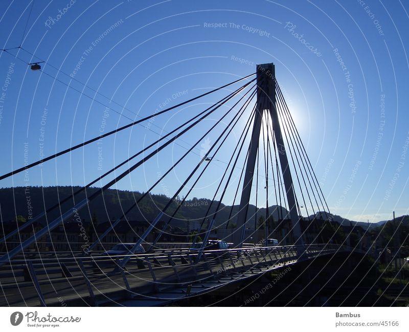 Stahlträger im Gegenlicht Sonne Straße Brücke Blauer Himmel Hängebrücke