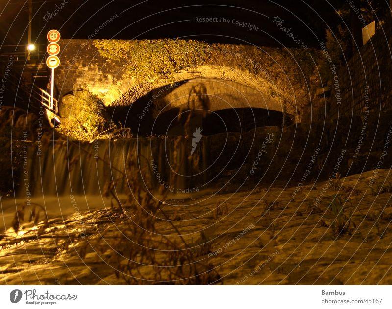 Steinbrücke im Tessin alt dunkel Brücke Bach Bogen Verkehrsschild Kanton Tessin