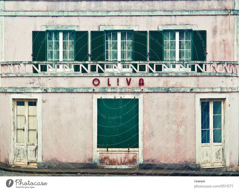 oliva Haus Bauwerk Gebäude Architektur Mauer Wand Fassade Fenster Tür alt kaputt retro rosa Häusliches Leben Wohnung Südamerika Portugal Renovieren Farbe