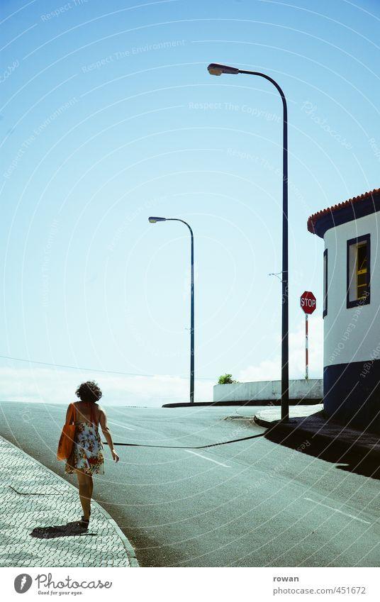 zum strand Verkehr Straße Straßenkreuzung Verkehrszeichen Verkehrsschild gehen heiß Sommer Kleid Spaziergang Bürgersteig einzeln Schatten aufwärts Berghang