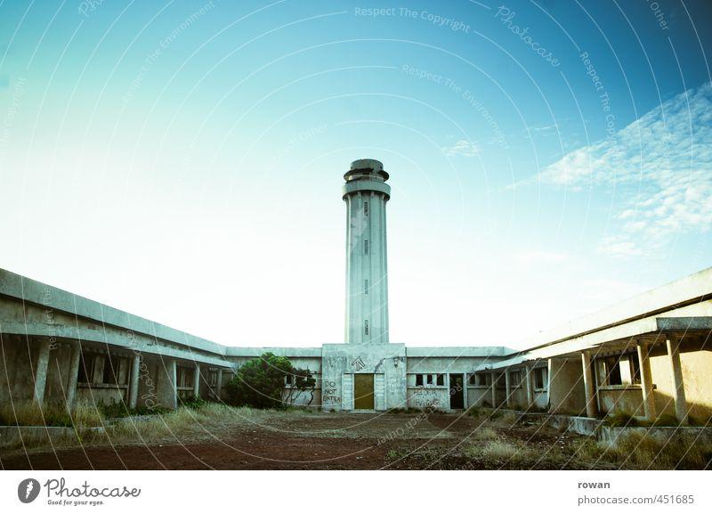 ponta dos rosais alt Einsamkeit Architektur außergewöhnlich kaputt bedrohlich Turm retro historisch Leuchtturm Endzeitstimmung Militär Militärgebäude Science Fiction