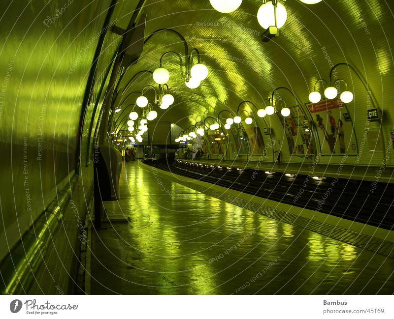 Metrostation U-Bahn grün Gleise Tunnel Laterne dunkel Paris Verkehr Kellergewölbe Licht