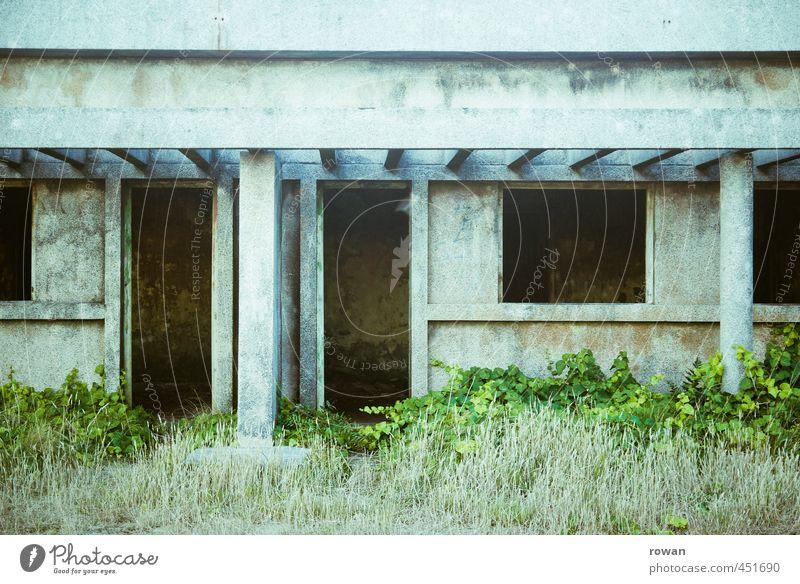 leer alt kalt Fenster Wand Mauer Architektur Gebäude Fassade Tür trist kaputt Vergänglichkeit Wandel & Veränderung retro Bauwerk gruselig