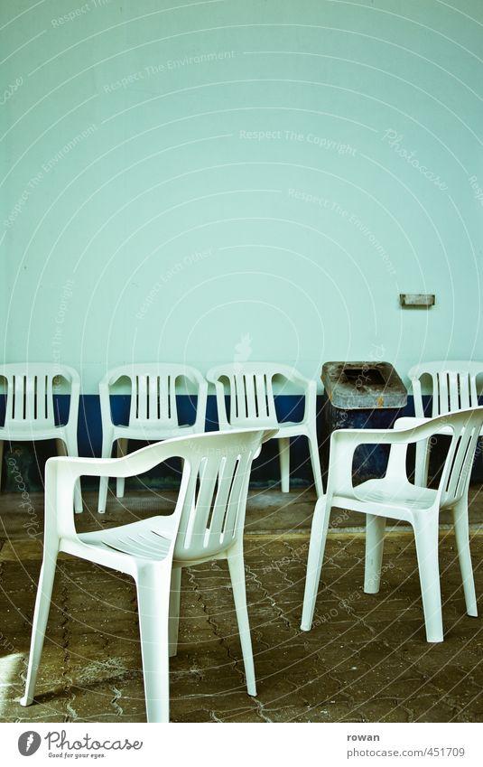 raucherecke Erholung ruhig trist Stuhl Plastikstuhl Rauchen Müllbehälter Heftpflaster türkis leer Menschenleer Einsamkeit Stuhlreihe Farbfoto Gedeckte Farben
