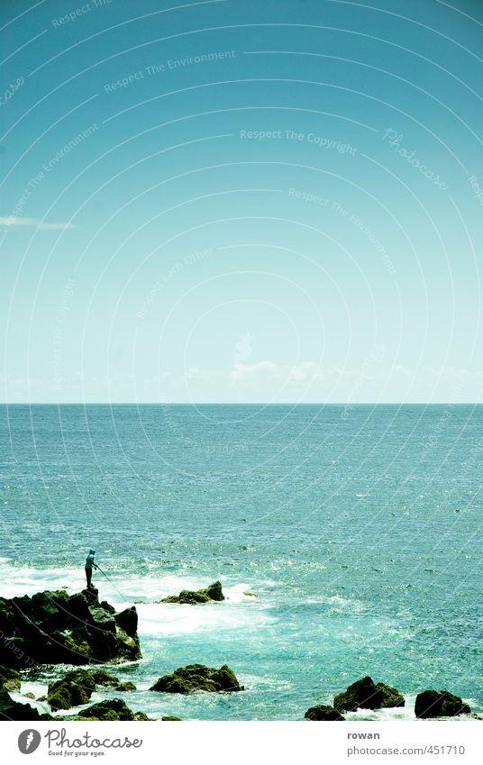 angler Mensch Mann blau Meer Erholung Einsamkeit ruhig Ferne Erwachsene Küste Felsen Horizont maskulin Freizeit & Hobby Wellen Zufriedenheit