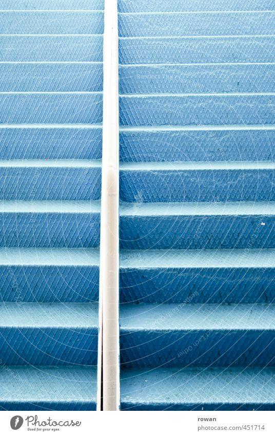 treppe Treppe blau Metall Stahl Blech Metalltreppe Treppengeländer aufwärts aufsteigen Farbfoto Menschenleer Textfreiraum links Textfreiraum rechts