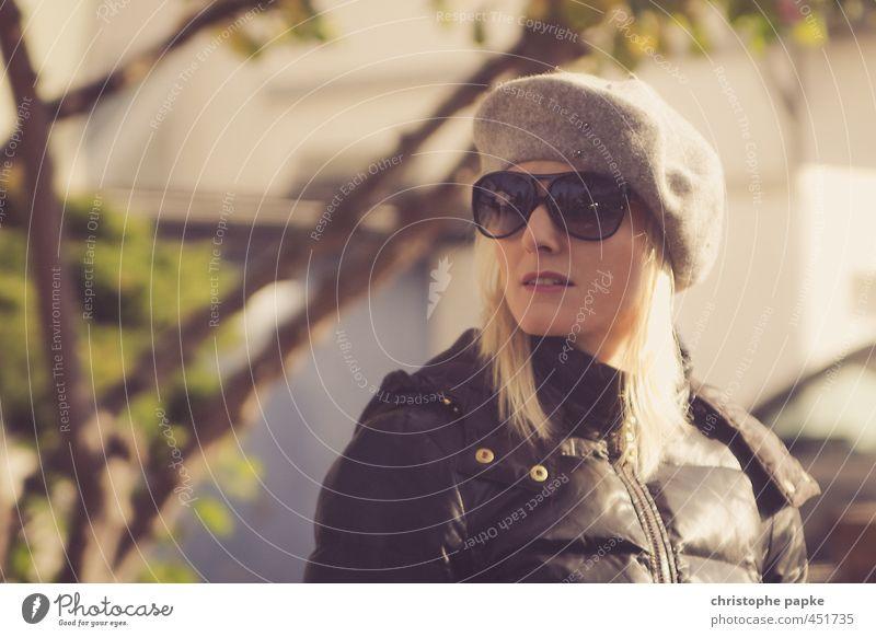 Streiflicht Reichtum elegant Stil Mensch feminin Junge Frau Jugendliche 1 18-30 Jahre Erwachsene Mode Sonnenbrille Mütze blond Blick Coolness schön Hochmut