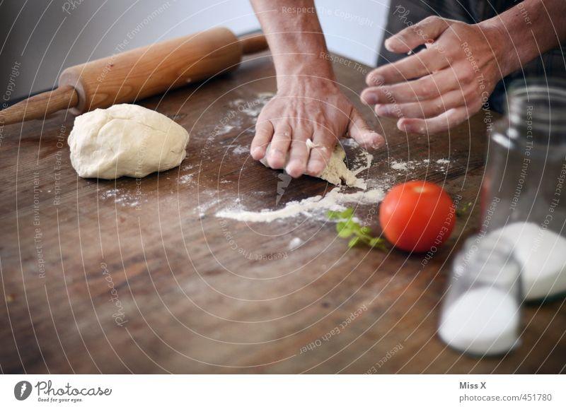 ich mach dich platt Mensch Hand Gesundheit Lebensmittel frisch Finger Ernährung Küche Kräuter & Gewürze Gemüse lecker Mahlzeit Backwaren Tomate Teigwaren Koch