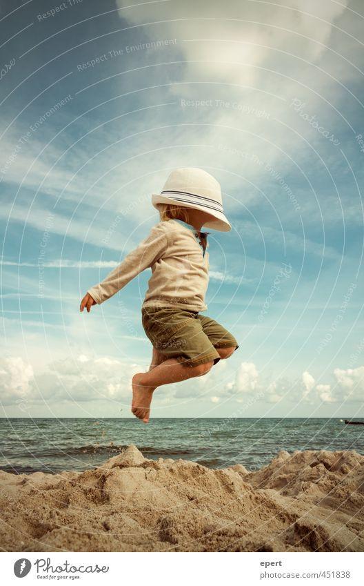 Auf und davon... Mensch Kind Ferien & Urlaub & Reisen Sommer Meer Freude Strand Ferne Bewegung Spielen Freiheit Glück springen außergewöhnlich träumen fliegen