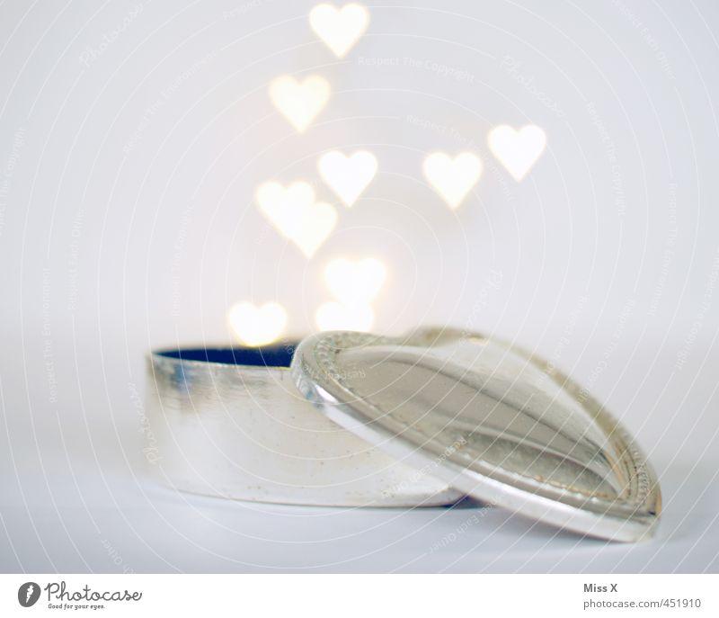 verliebt Liebe Gefühle Stimmung fliegen leuchten Herz Hochzeit Romantik Verliebtheit silber Dose aufmachen Valentinstag Heiratsantrag herzförmig Liebesbekundung