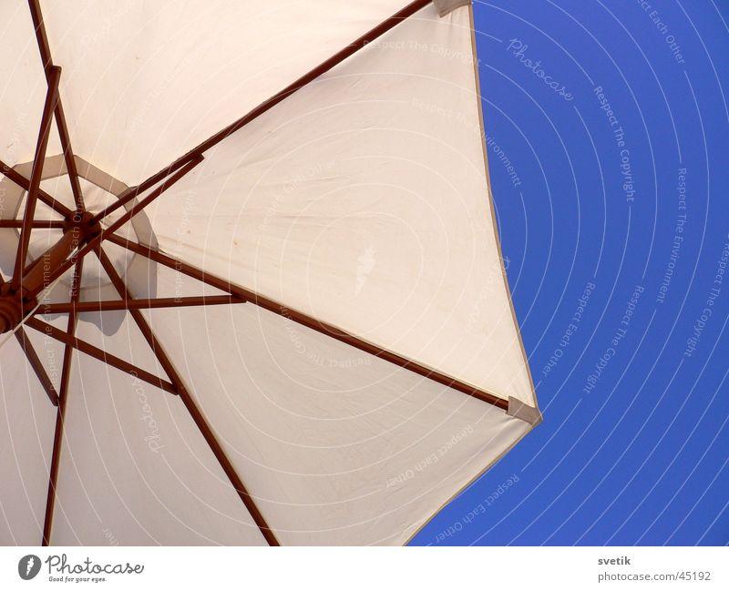 abgeschirmt Himmel Sonne blau Strand Ferien & Urlaub & Reisen Freizeit & Hobby Schutz Sonnenschirm Geborgenheit Wetterschutz