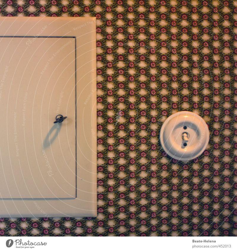 Zeitumstellung | Einfach den Schalter umlegen Häusliches Leben Wohnung Innenarchitektur braun weiß Vergangenheit Lichtschalter Sicherungskasten Tapetenmuster