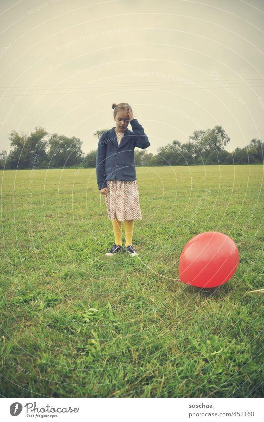 platzt er? Mensch Kind Himmel Natur grün Sommer Hand rot Landschaft Mädchen Freude Gesicht Umwelt Wiese feminin Gras