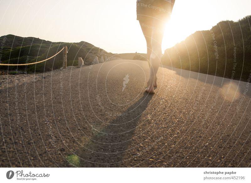 walking on sunshine Mensch Ferien & Urlaub & Reisen Sommer Sonne Straße Leben feminin Wege & Pfade Freiheit Beine gehen hell Fuß Zufriedenheit Schönes Wetter