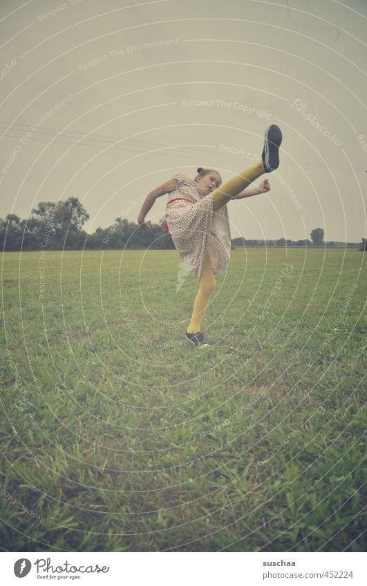 karatekid hexle feminin Kind Mädchen Kindheit Körper Kopf Gesicht Arme Beine Fuß 1 Mensch 8-13 Jahre Umwelt Himmel Sommer Klima Gras Wiese Feld Bewegung kämpfen