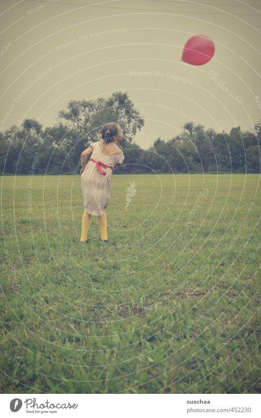fliegen | soll er feminin Kind Mädchen Kindheit 1 Mensch 8-13 Jahre Umwelt Himmel Sommer Gras Wiese Feld sportlich wild Luftballon retro Luftverkehr Farbfoto
